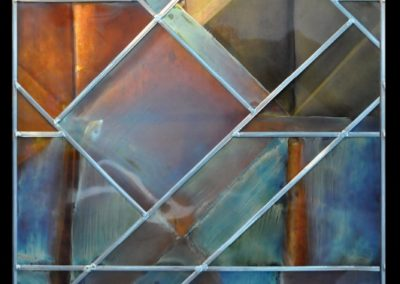 Vitrail contemporain aux formes géométriques (face sombre)